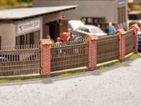 plot s cihlovými sloupky